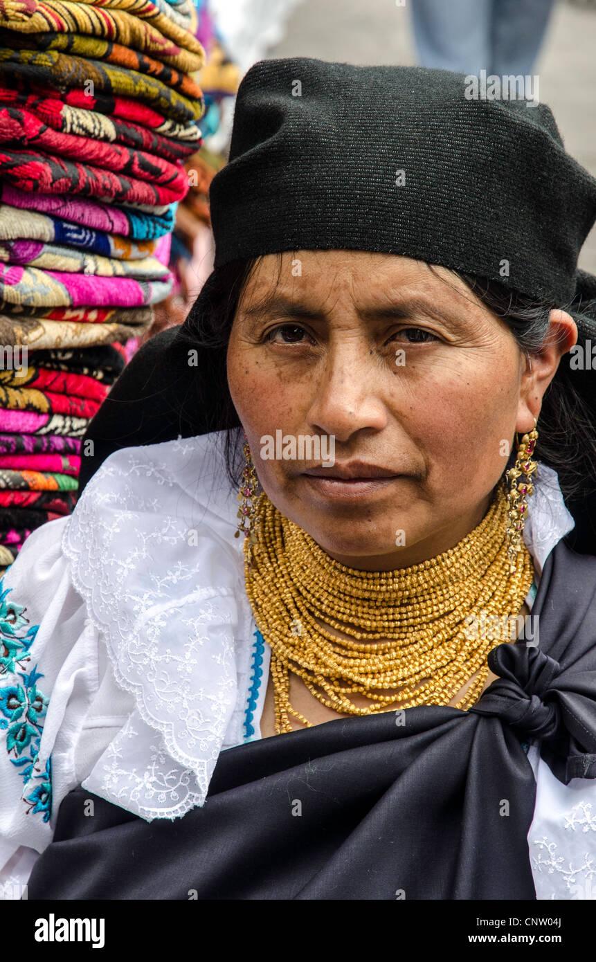 Costume tradizionale al Mercato di Otavalo, Ecuador Immagini Stock