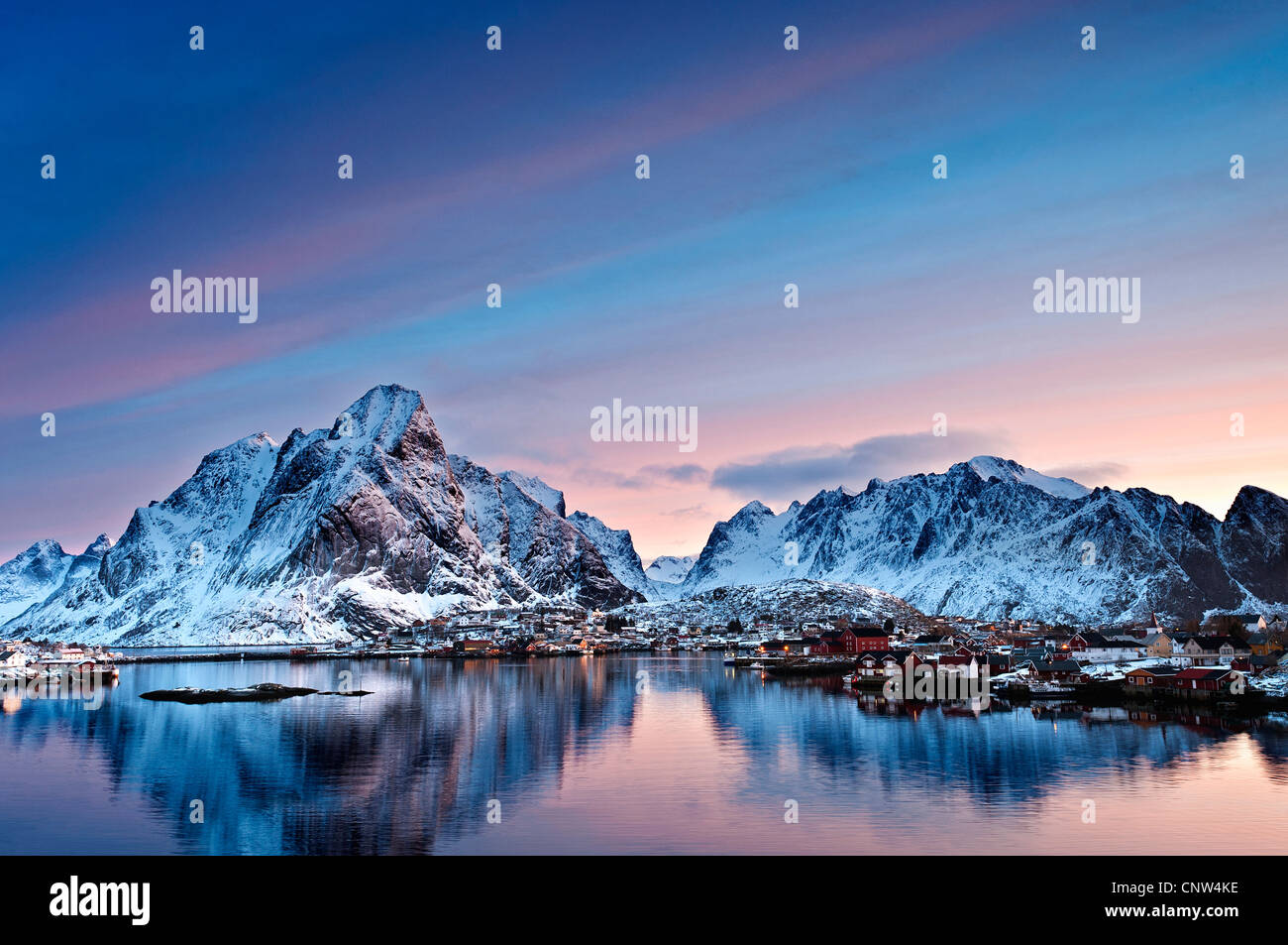 Sunrise over Olstind con Reine village in primo piano Immagini Stock