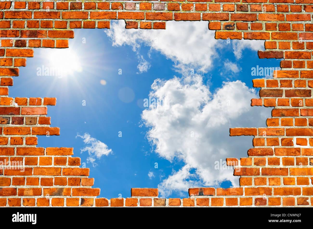 Una vista tipica di una rossa del muro di mattoni texture con un foro pieno di sky per le vostre esigenze di progettazione. Foto Stock