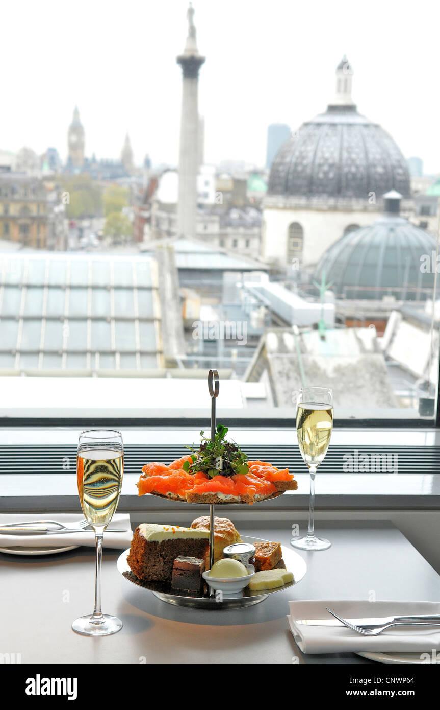 Il tradizionale tè del pomeriggio presso il ristorante ritratto, National Portrait Gallery di Londra, England, Immagini Stock