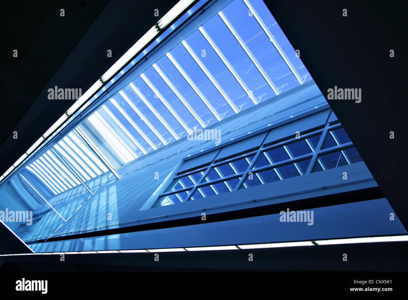 Ampia angolazione di arredamento moderno con lucernario finestra Foto Stock
