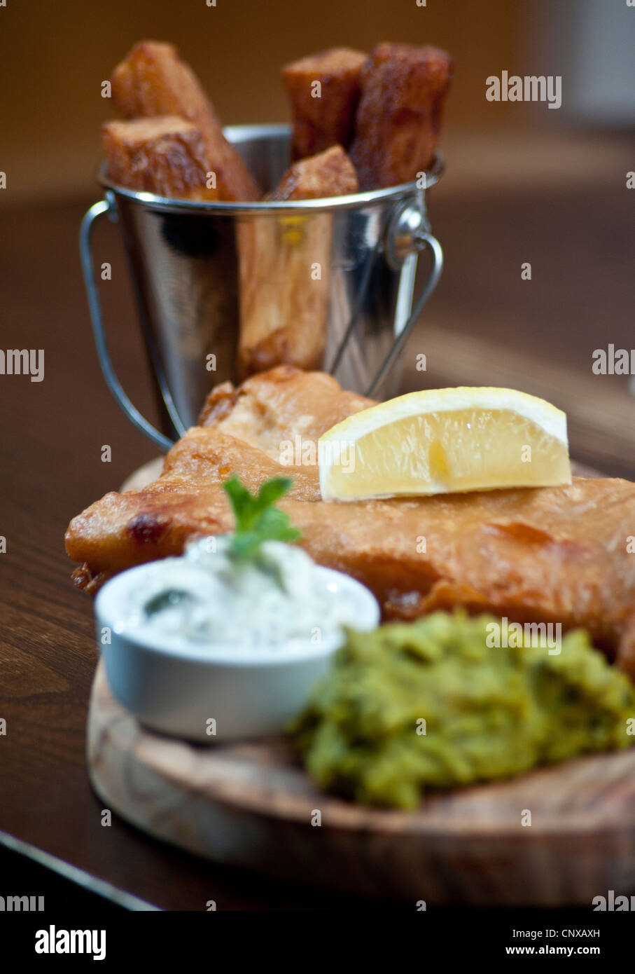 Foto da Darren fresco pesce e patatine con fiacco piselli e salsa tartara, servita nel pub luogo di Hove, Hove, Immagini Stock