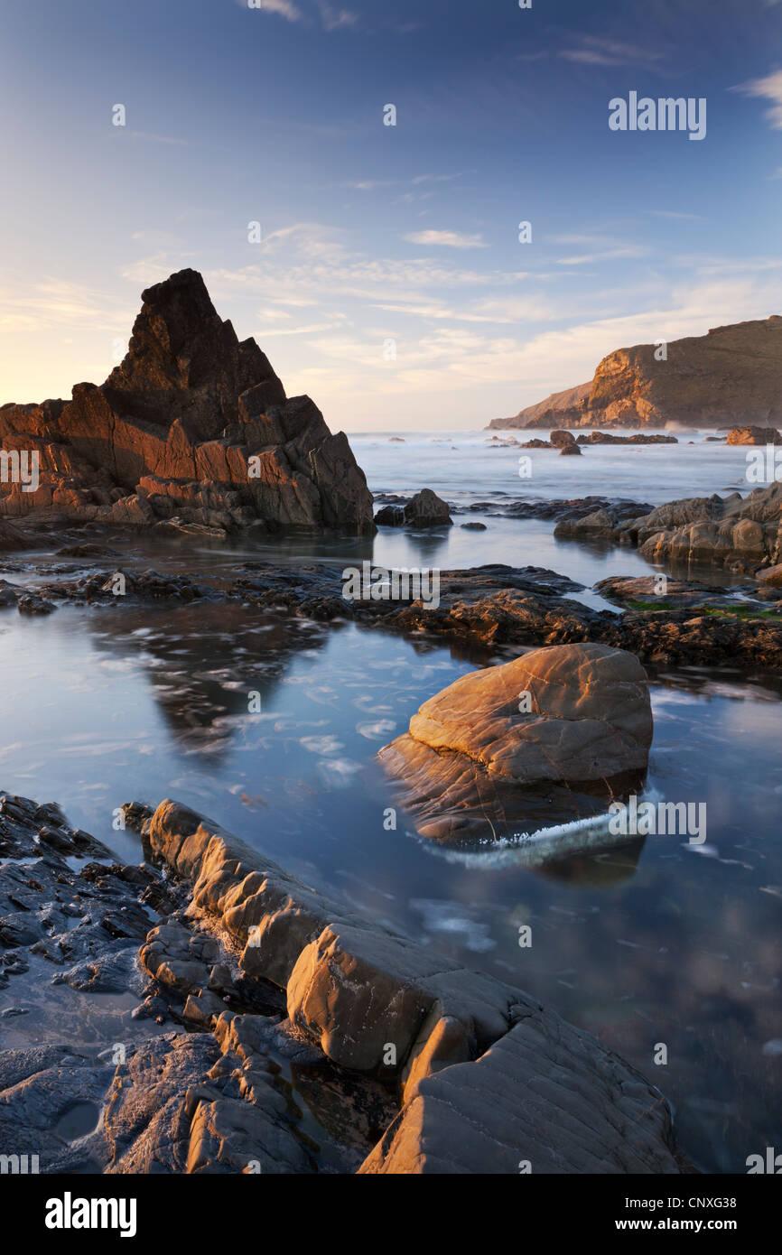 Rockpools e rocce frastagliate a Duckpool beach in North Cornwall, Inghilterra. Molla (Marzo) 2011. Immagini Stock