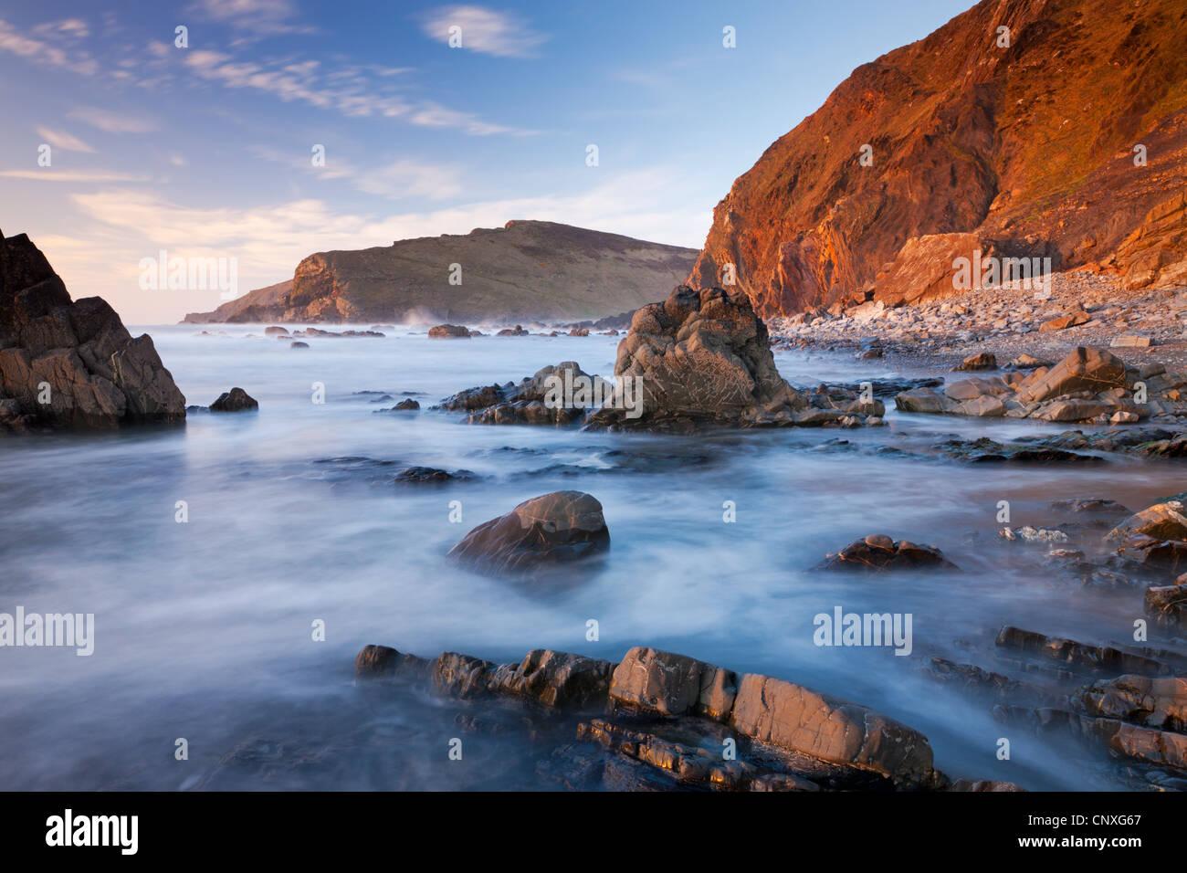 Alta Marea allaga la battute rocciose di Duckpool beach sulla North Cornish Coast, Cornwall, Inghilterra. Molla Immagini Stock