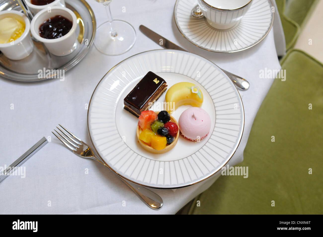 Il tè del pomeriggio torte al Corinthia Hotel, London, England, Regno Unito Immagini Stock