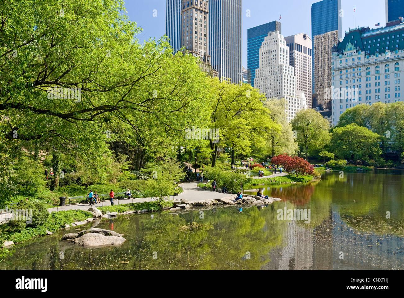 Il Central Park di New York City in primavera con il Plaza Hotel. Immagini Stock