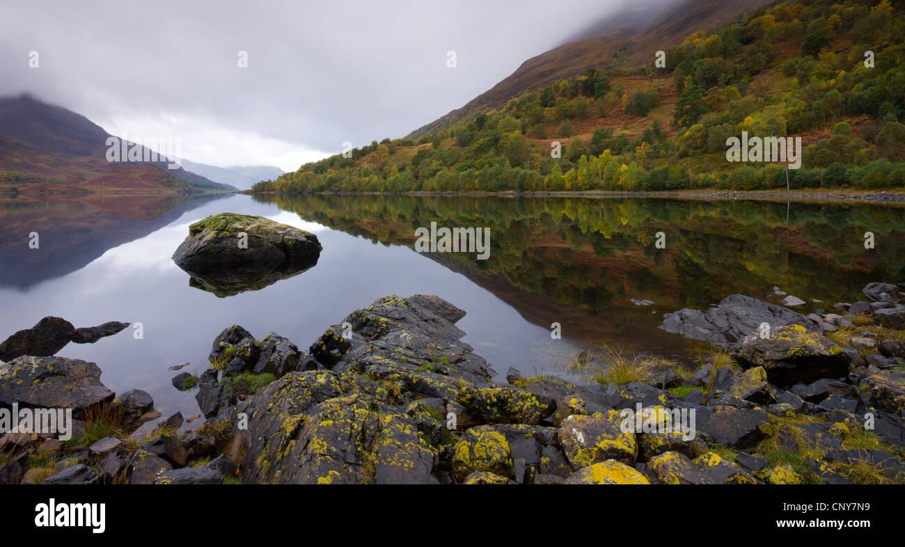 Le acque ancora di Loch Leven sul grigio di una giornata autunnale, Lochleven, altopiani, Scozia Immagini Stock