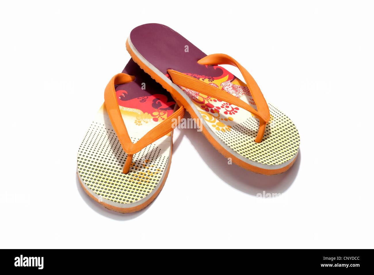 Una coppia di arancione e rosso flip flop Immagini Stock