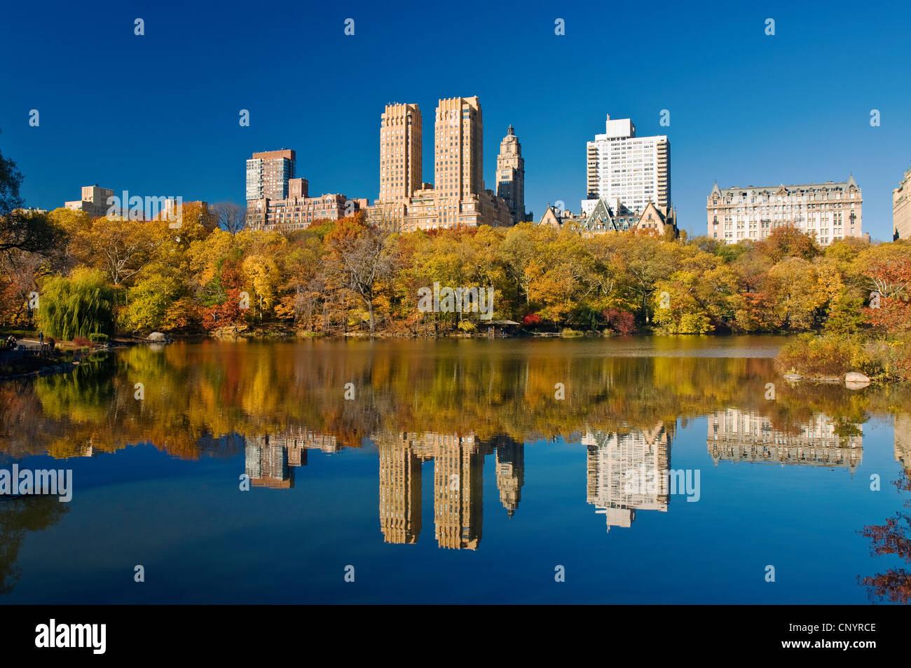 Il Central Park di New York City in autunno al lago con il Central Park West Skyline e il Dakota Apartments. Immagini Stock