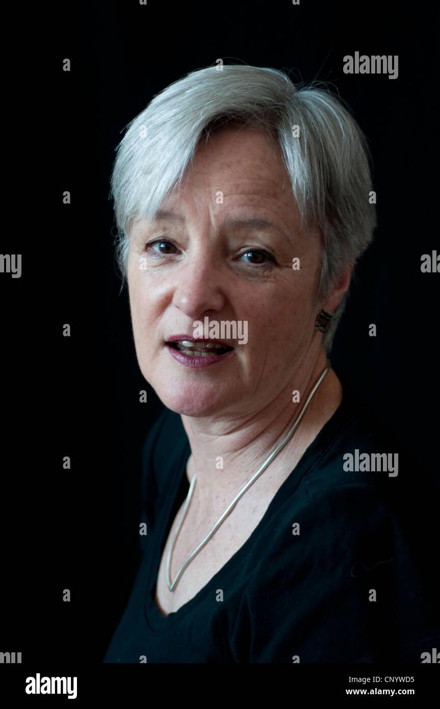 Donna di mezza età alla ricerca contenuto Immagini Stock