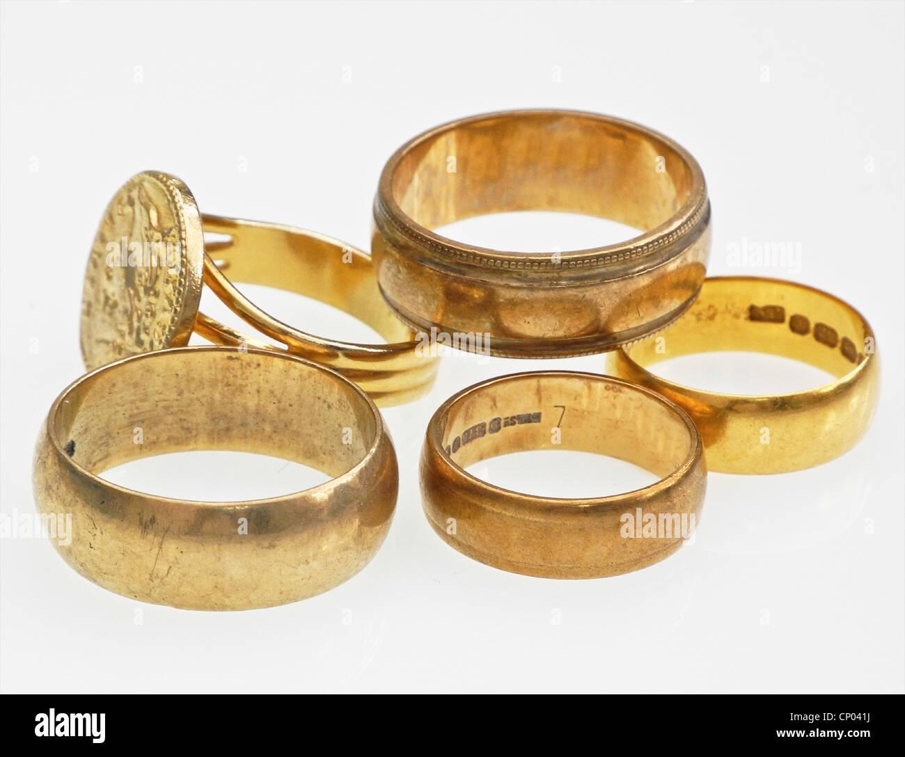 Cinque anelli in oro. I rottami in oro è elevati in ogni momento. Dagli archivi di stampa Ritratto Service Immagini Stock