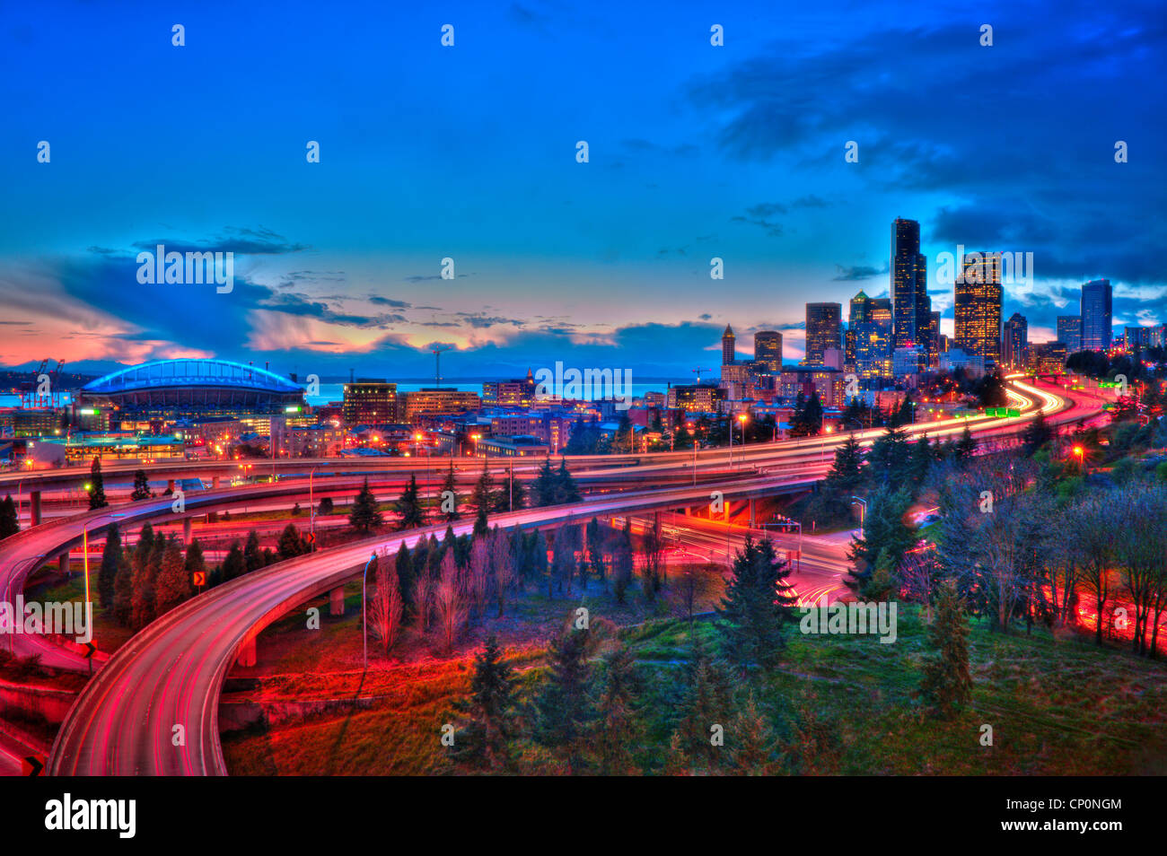Il centro cittadino di Seattle e I-5 Freeway a I-90 interscambio, dal P. Jose Rizal ponte; Seattle, Washington. Immagini Stock