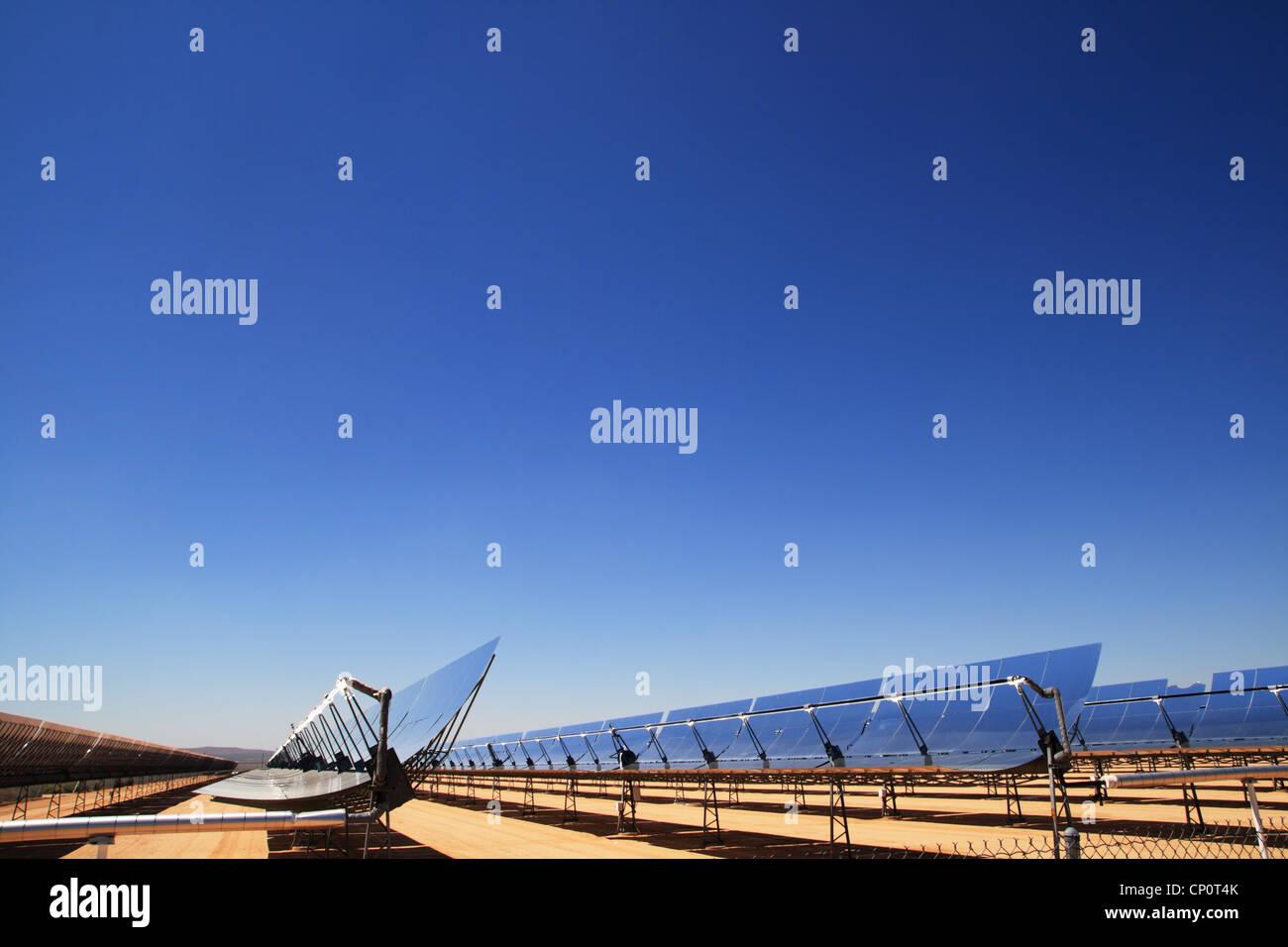 Solare termica a concentrazione di energia elettrica specchi vegetali con blue sky copia spazio sopra Immagini Stock