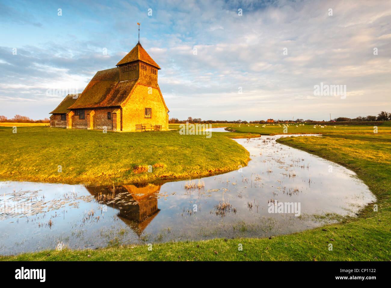 Fairfield Chiesa su Romney Marsh nel Kent catturato in caldo la sera tardi la luce Immagini Stock
