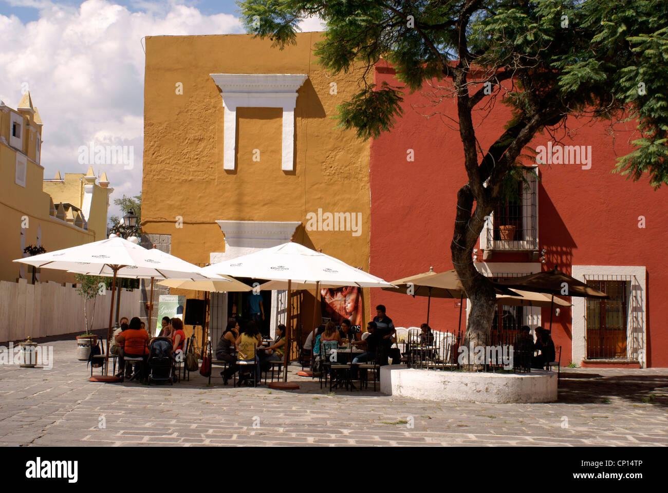 La gente in un cafe' all'aperto nel Barrio del Artista nella città di Puebla, Messico Immagini Stock