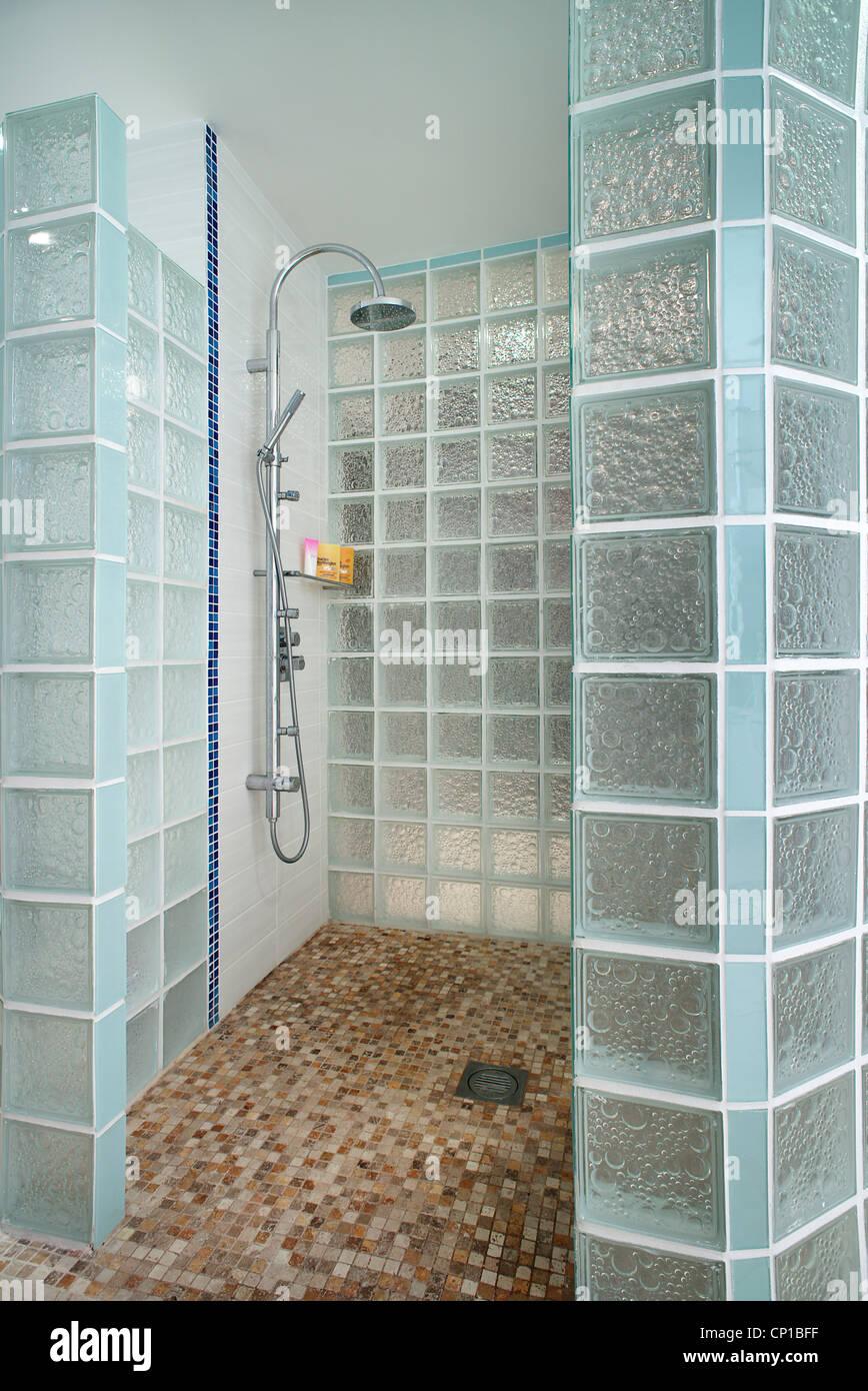 Doccia A Pavimento Con Mosaico.Moonraker Bagno En Suite Con Lass Mattone Doccia E Pavimento A