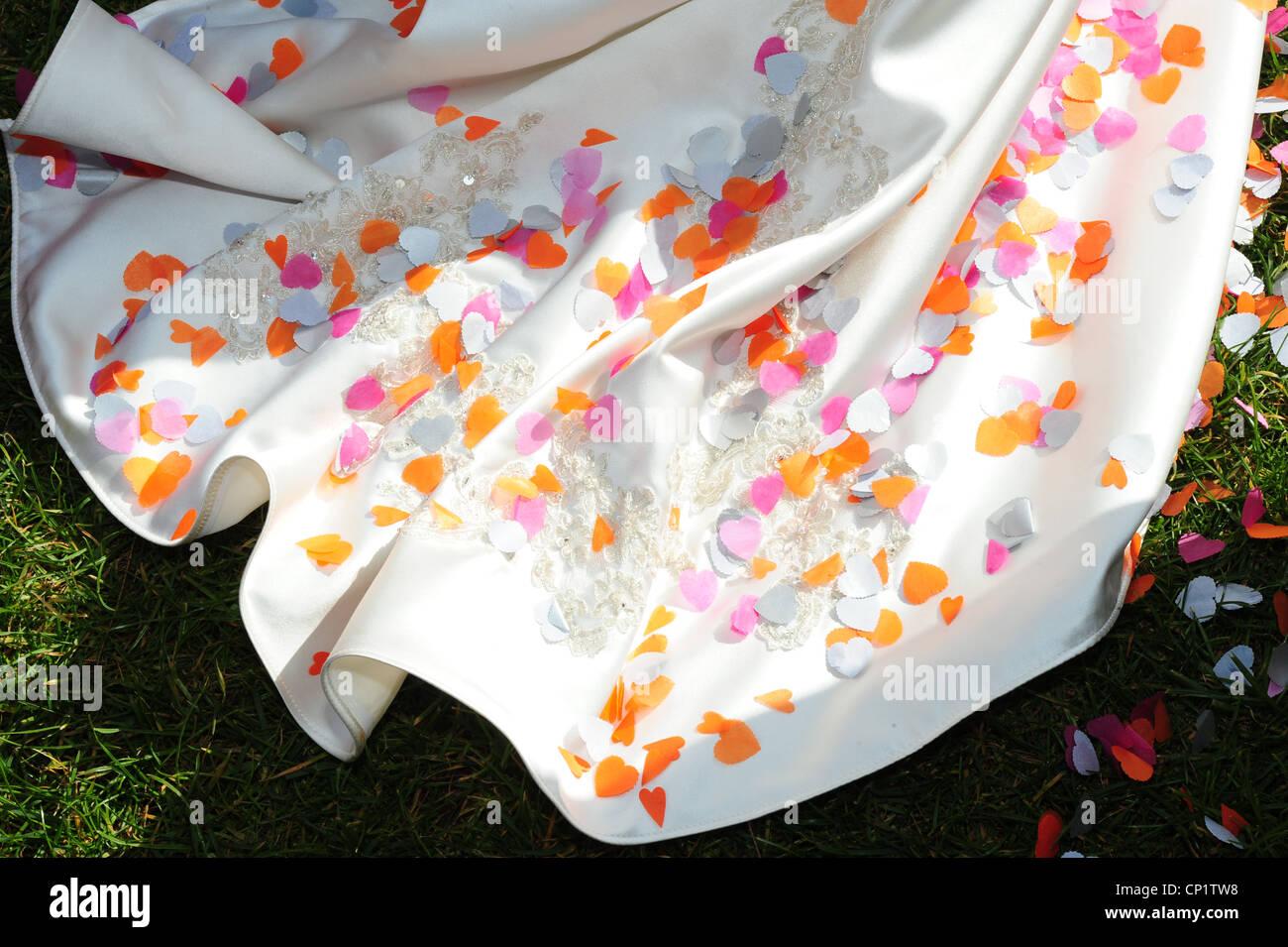 Matrimonio e confetti bouquet abito da sposa in treno Immagini Stock