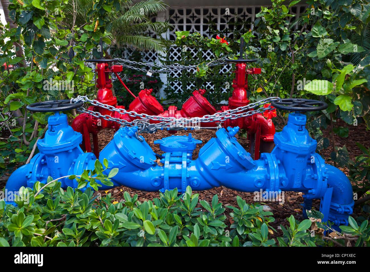 Un rosso e blu engineering tubo montante con acqua valvole su Ocean Drive in Miami Beach, Florida, Stati Uniti d'America. Immagini Stock