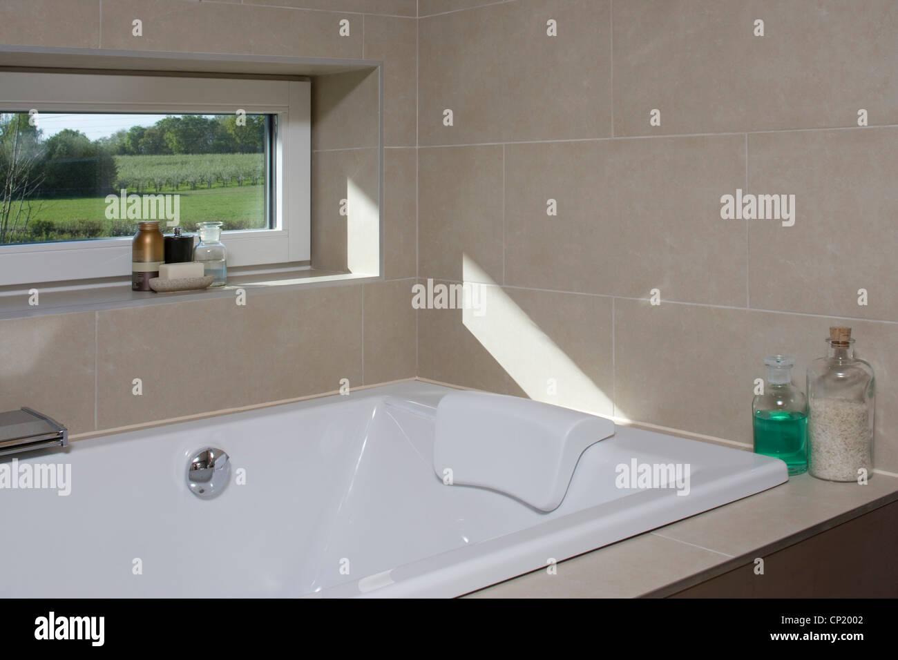 Vasca Da Bagno Sotto Finestra : Vasca da bagno sotto la finestra a zero emissioni di carbonio casa