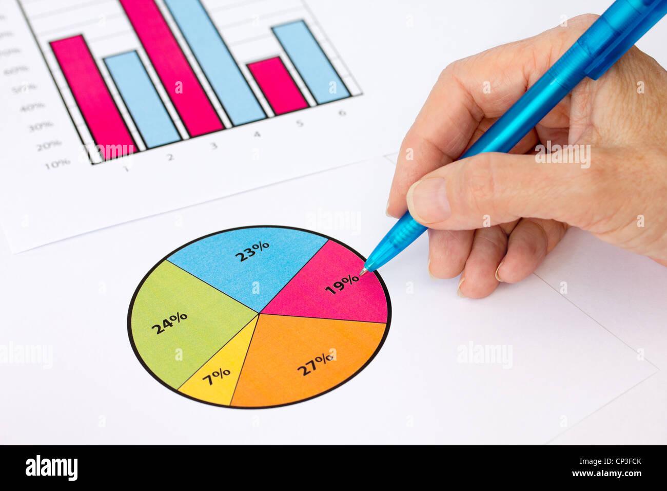 Controllare a mano il grafico a torta e grafico Immagini Stock