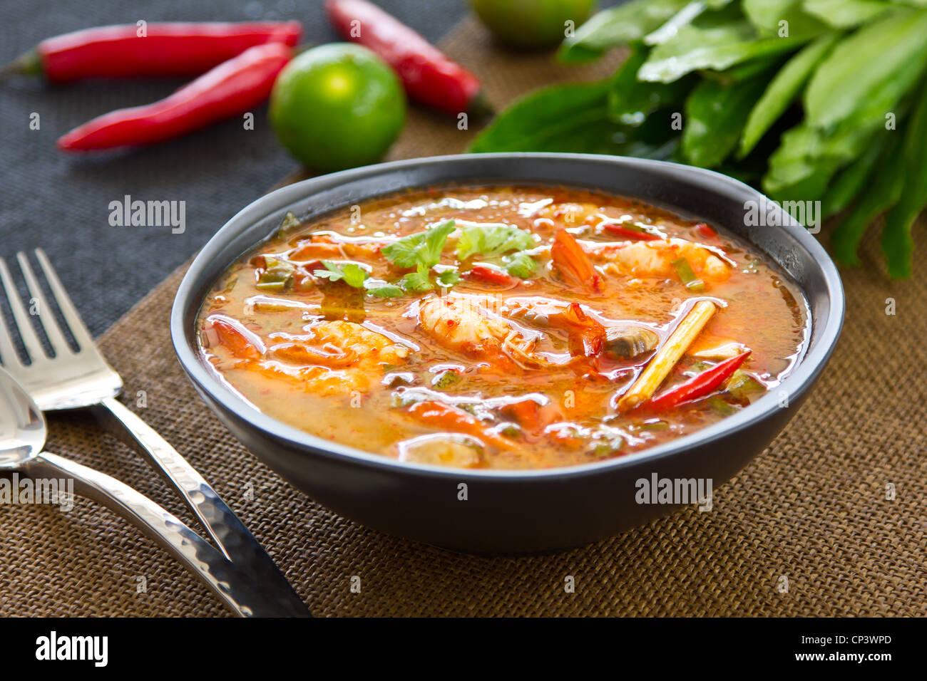 Amaro e piccante zuppa tailandese [s Tomyum kung] Immagini Stock