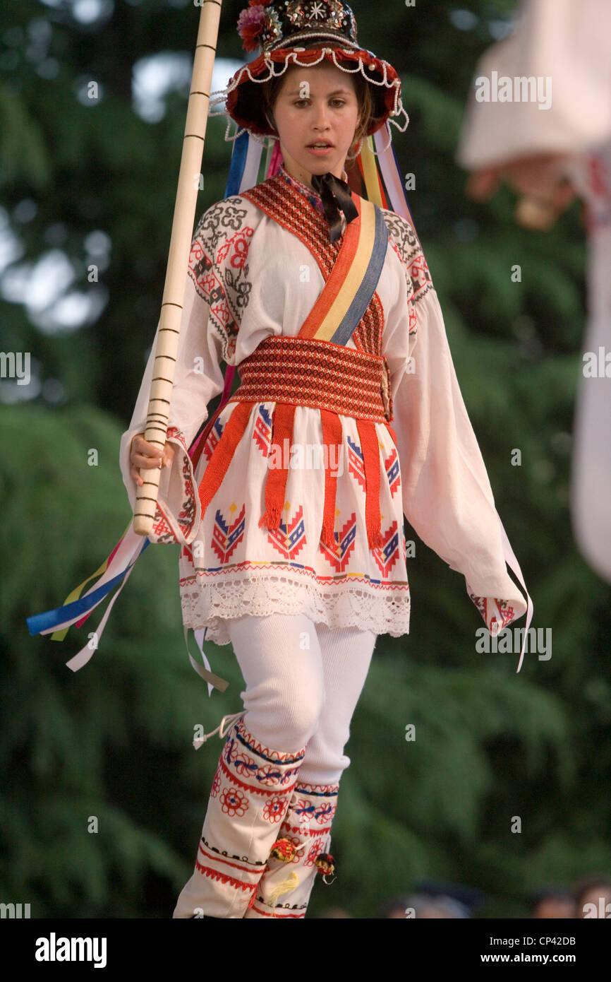 Bulgaria - Veliko T? Rnovo. Festival Internazionale del Folklore. Ragazza rumena in costume tradizionale esegue Immagini Stock