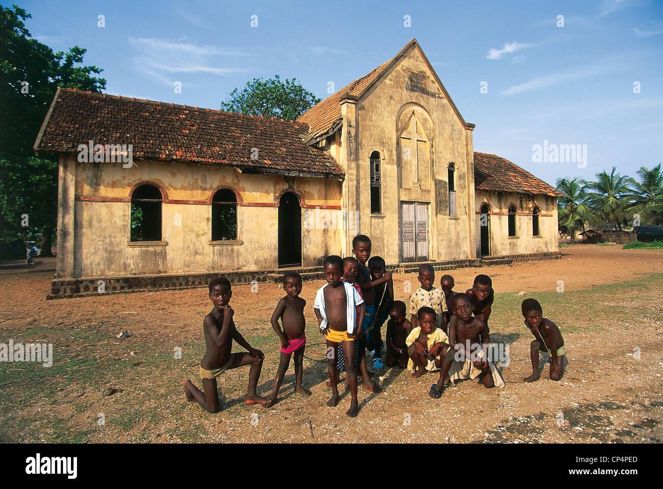 La Costa d Avorio - Grand-Lahou. I bambini al di fuori di una chiesa dell'epoca coloniale. Immagini Stock