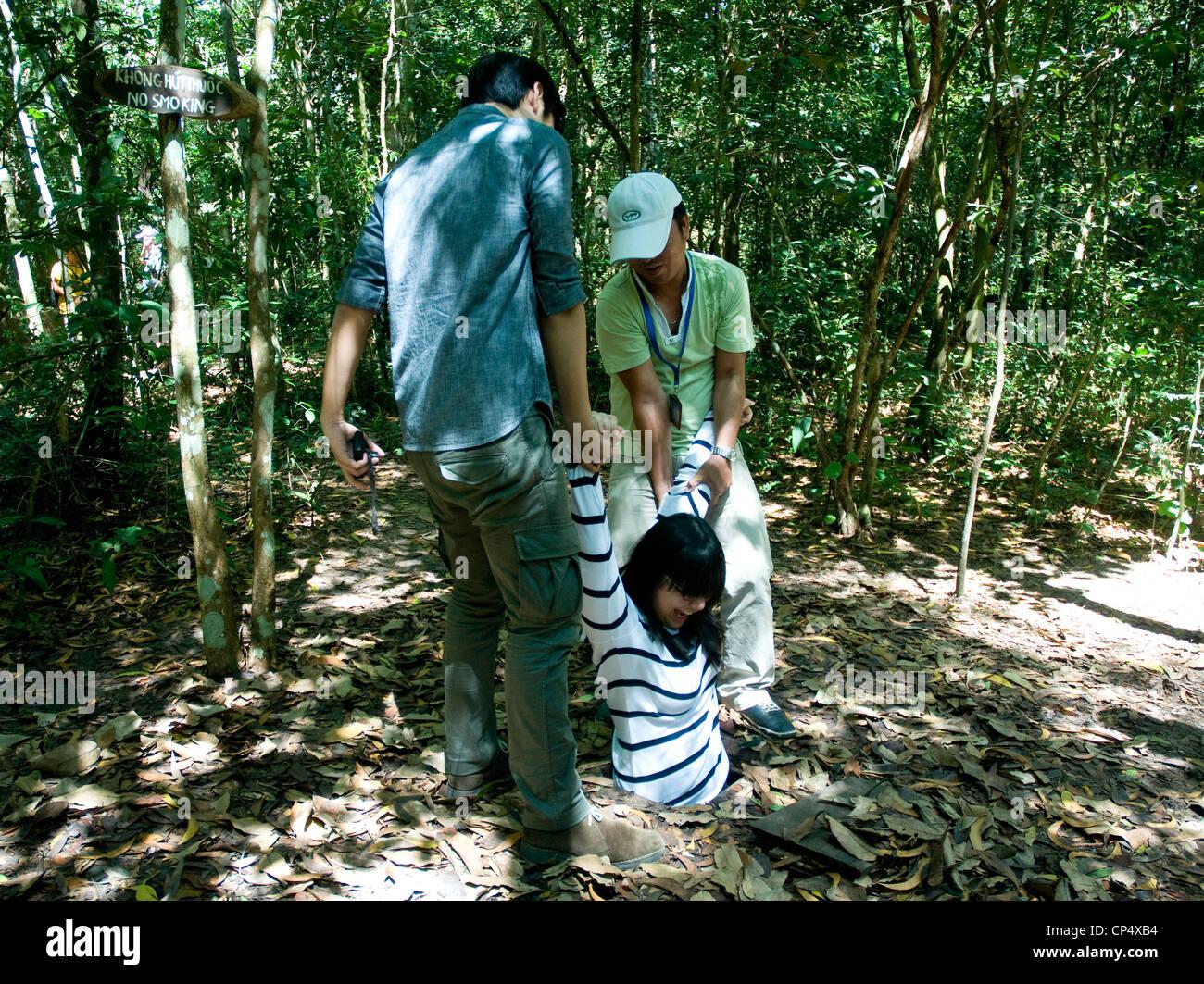 Un giovane ospite tenta di eseguire il famoso Tunnel di Cu Chi vicino a Saigon utilizzato dai Viet Cong attivisti Immagini Stock