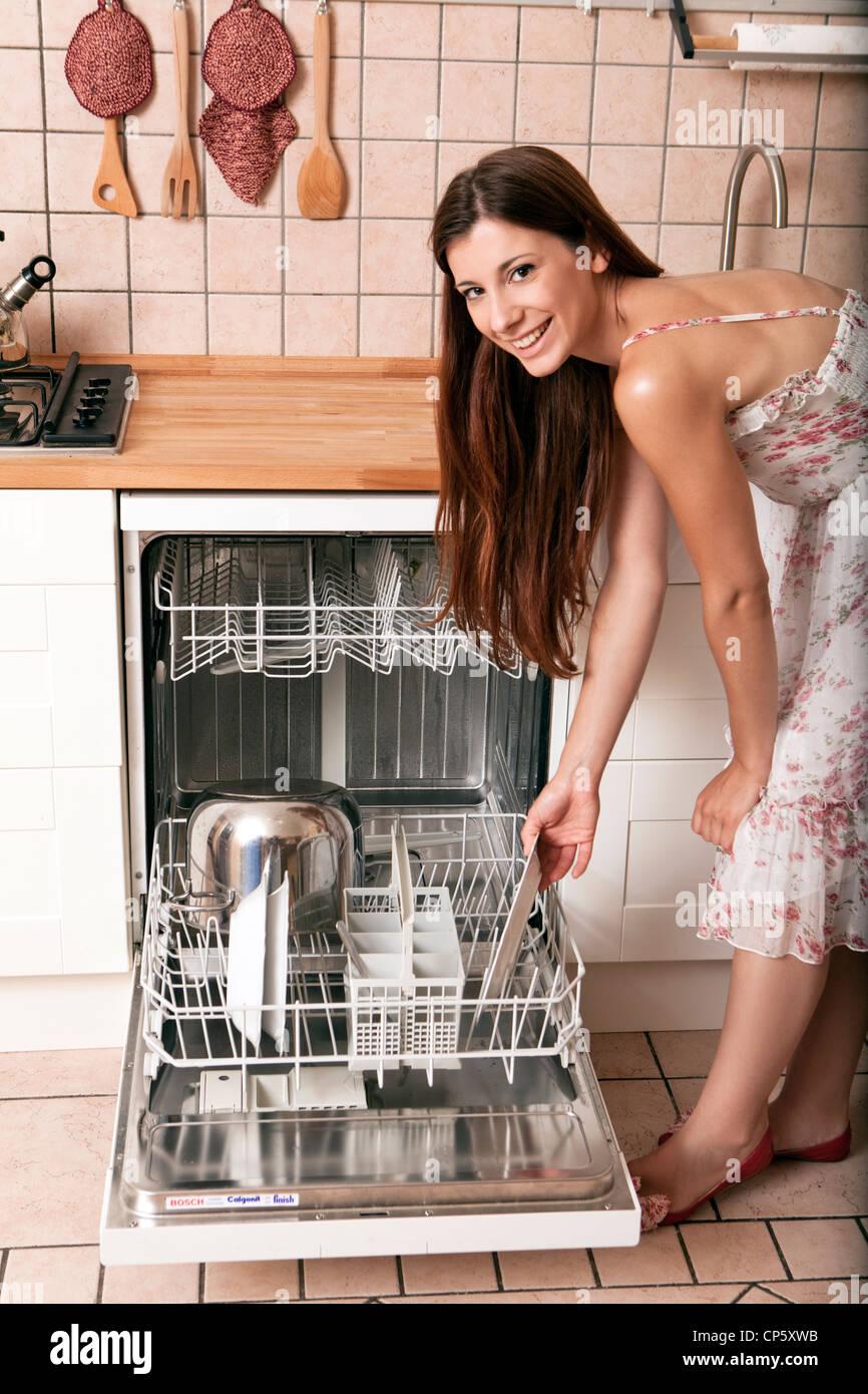 Donna che carichi la lavastoviglie Immagini Stock