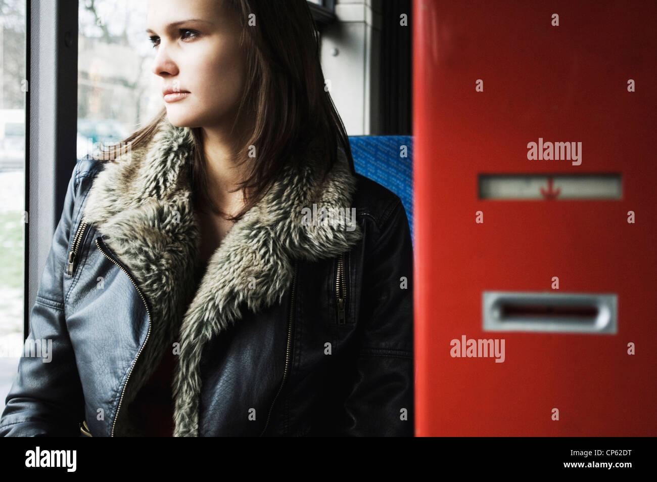 Germania, Duesseldorf, giovane donna in bus pubblico Immagini Stock