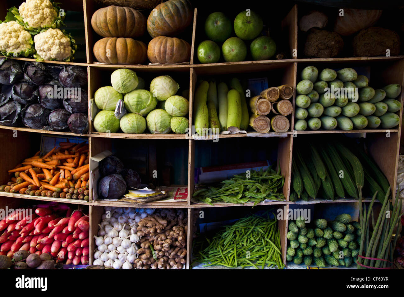 India, Ooty, varietà di verdure in armadio a mercato Immagini Stock