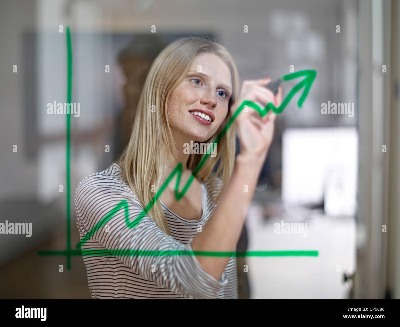 Germania, Colonia, giovane donna disegno grafico su vetro Immagini Stock
