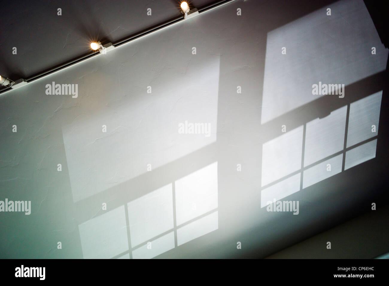 Riflessi e ombre e modelli di vetro colato sul soffitto a volta di un ufficio a casa. Immagini Stock