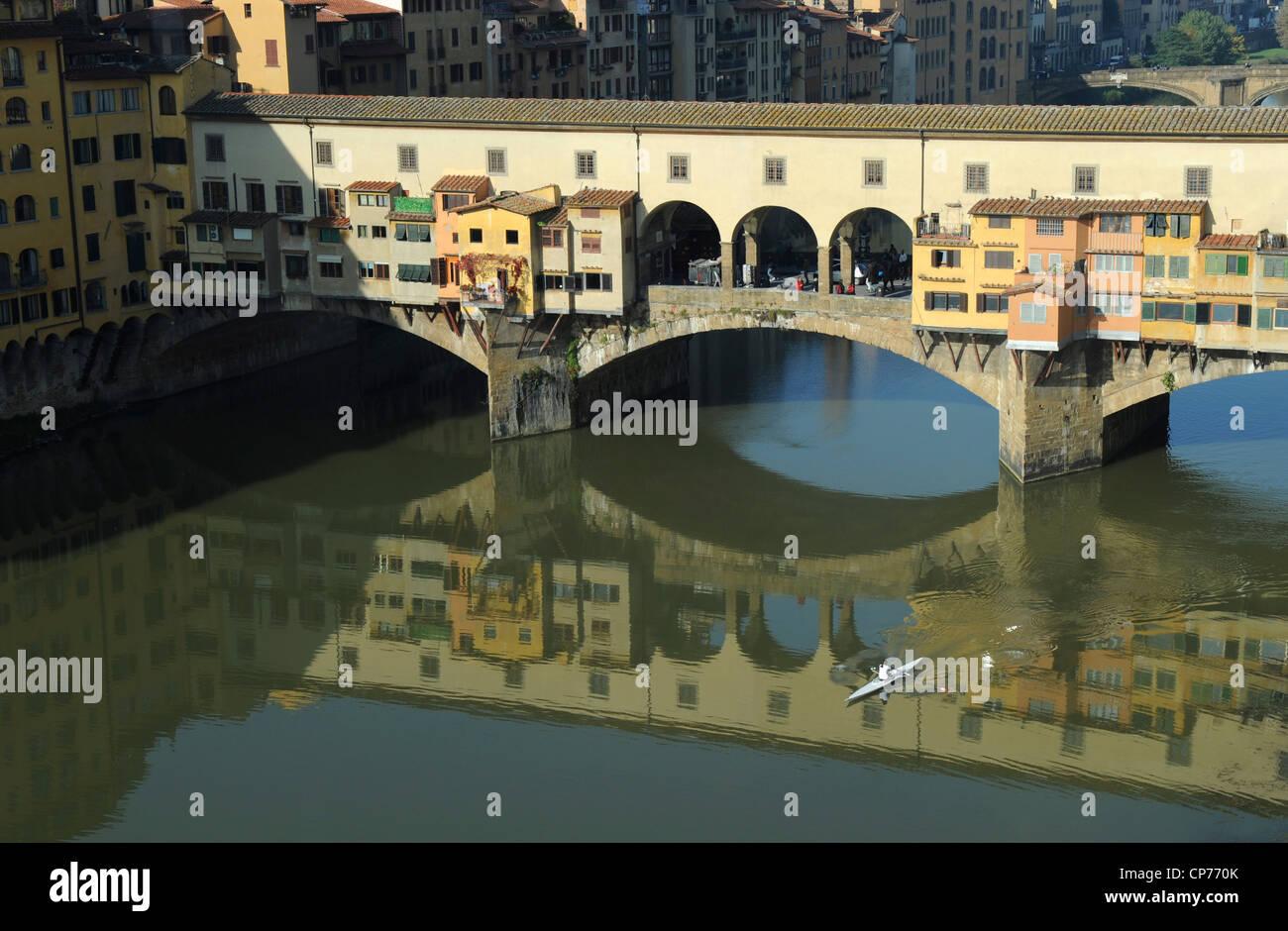 Vogatore e Ponte Vecchio a Firenze, Italia Immagini Stock