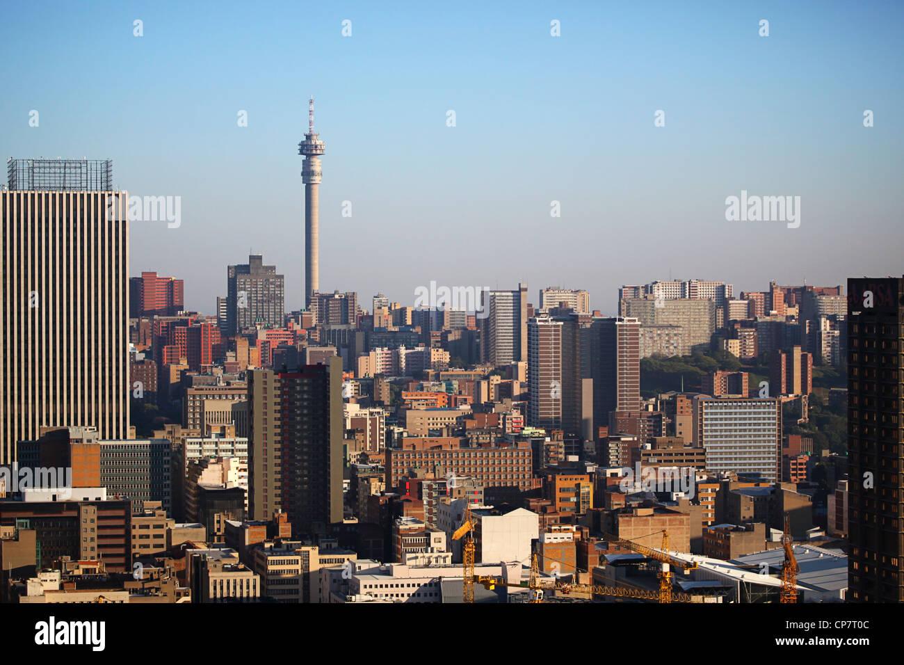"""Lo skyline di Johannesburg e 'Hillbrow Tower"""" Immagini Stock"""