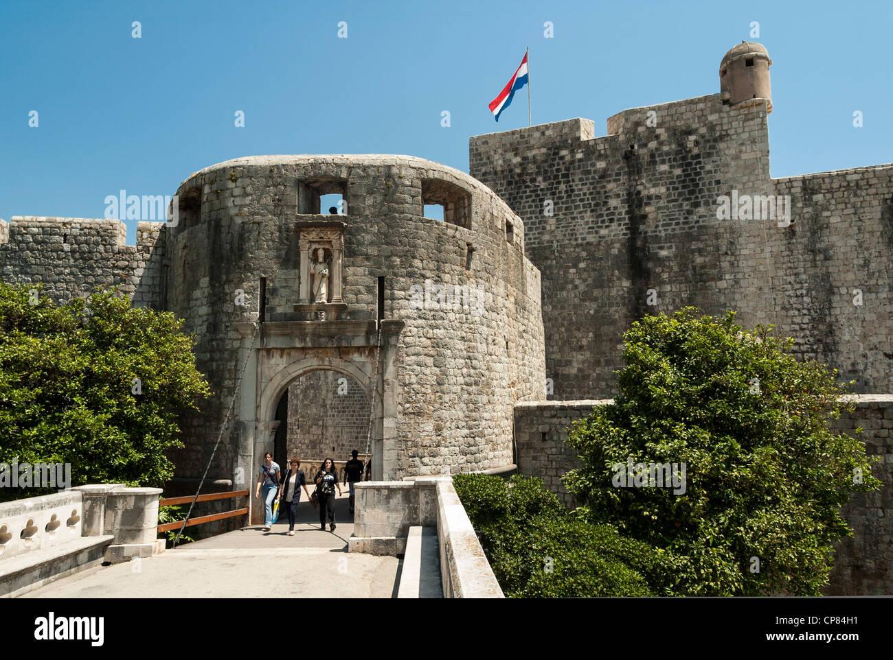 Palo porta d'ingresso alla città vecchia con le mura della città di Dubrovnik, Croazia, Europa Immagini Stock
