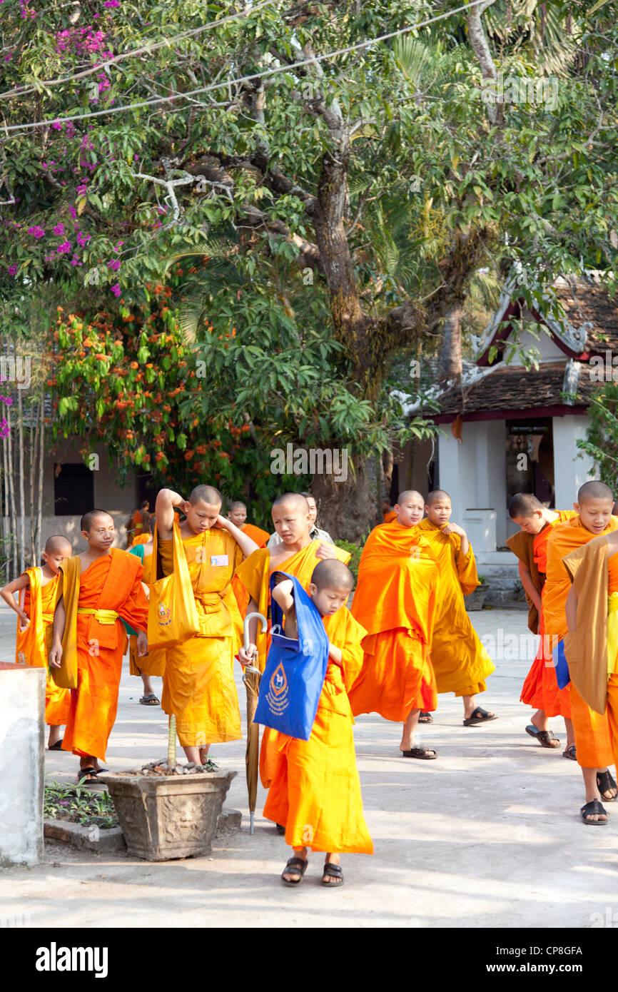 A Luang Prabang (Laos), uscita del debuttante monaci provenienti dalla loro scuola Buddista. Sortie de classe pour Immagini Stock
