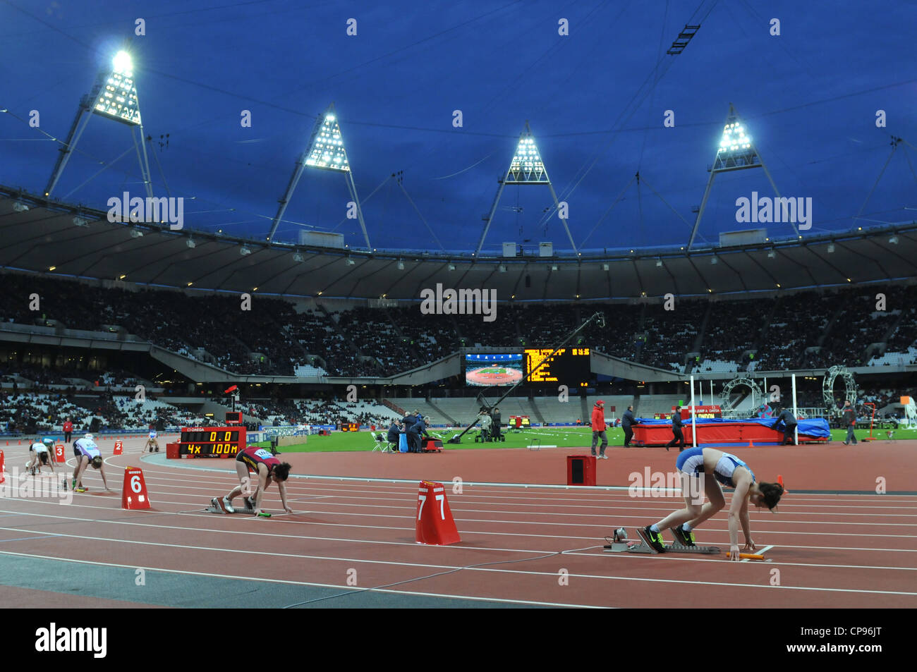Olympic 2012 Athletics Stadium, Londra, Regno Unito. Womens 4 x 100 relè al BUCS VISA Outdoor Athletics Championships. Foto Stock