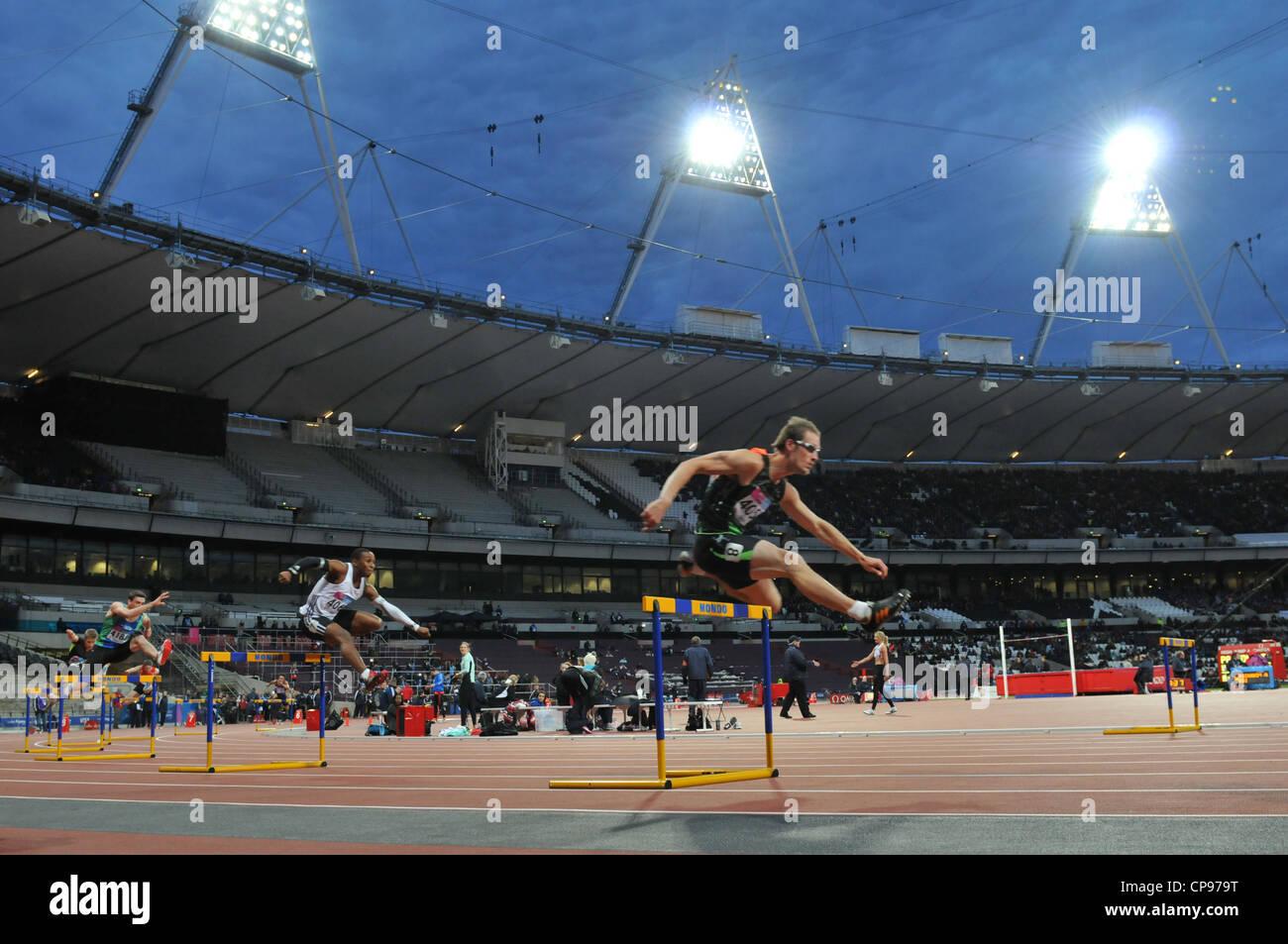 Olympic 2012 Athletics Stadium, Londra, Regno Unito. Uomini 400m ostacoli al BUCS VISA Outdoor Athletics Championships. Immagini Stock