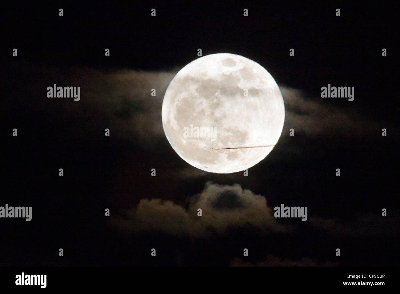 Aviogetti Vola di fronte a perigree luna piena, o supermoon, salendo su Salida, Colorado, STATI UNITI D'AMERICA Immagini Stock