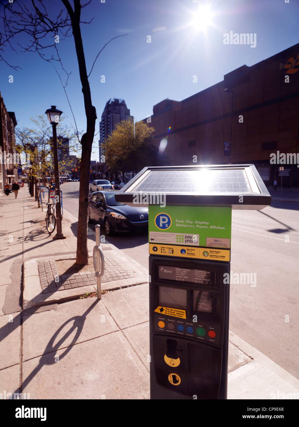 Energia solare misuratore di parcheggio su una strada di Ottawa, Ontario, Canada. Immagini Stock