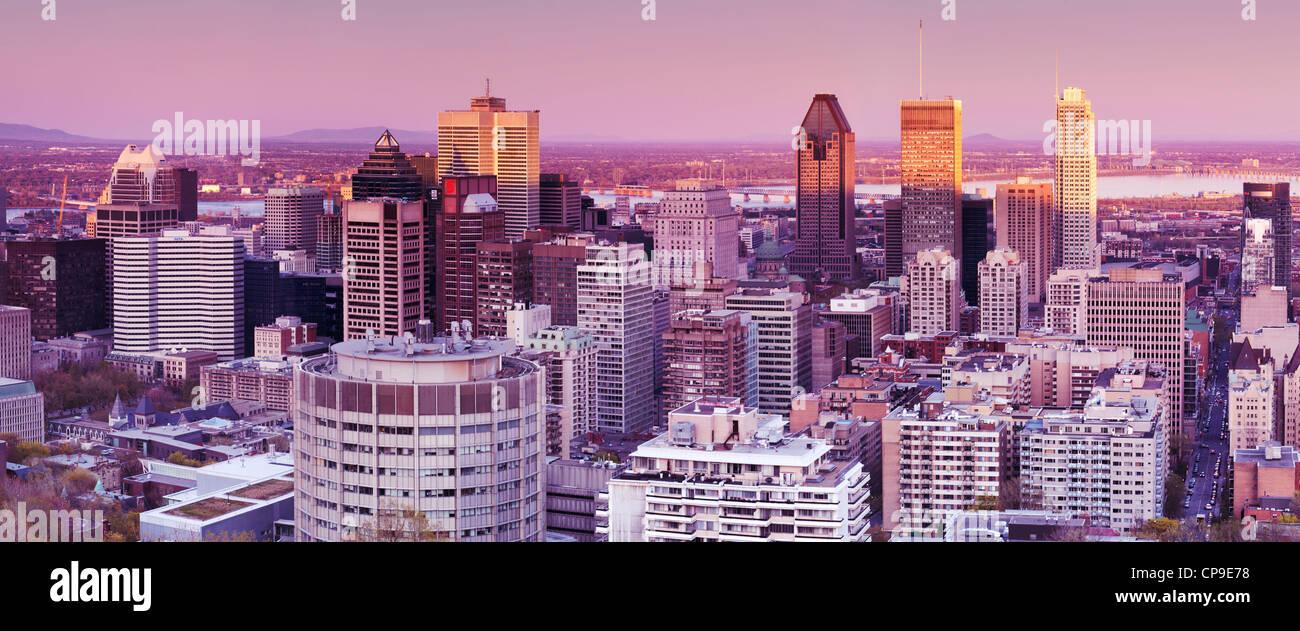 Vista panoramica del centro cittadino di Montreal, Montreal Centre-Ville skyline durante il tramonto. Quebec, Canada Immagini Stock
