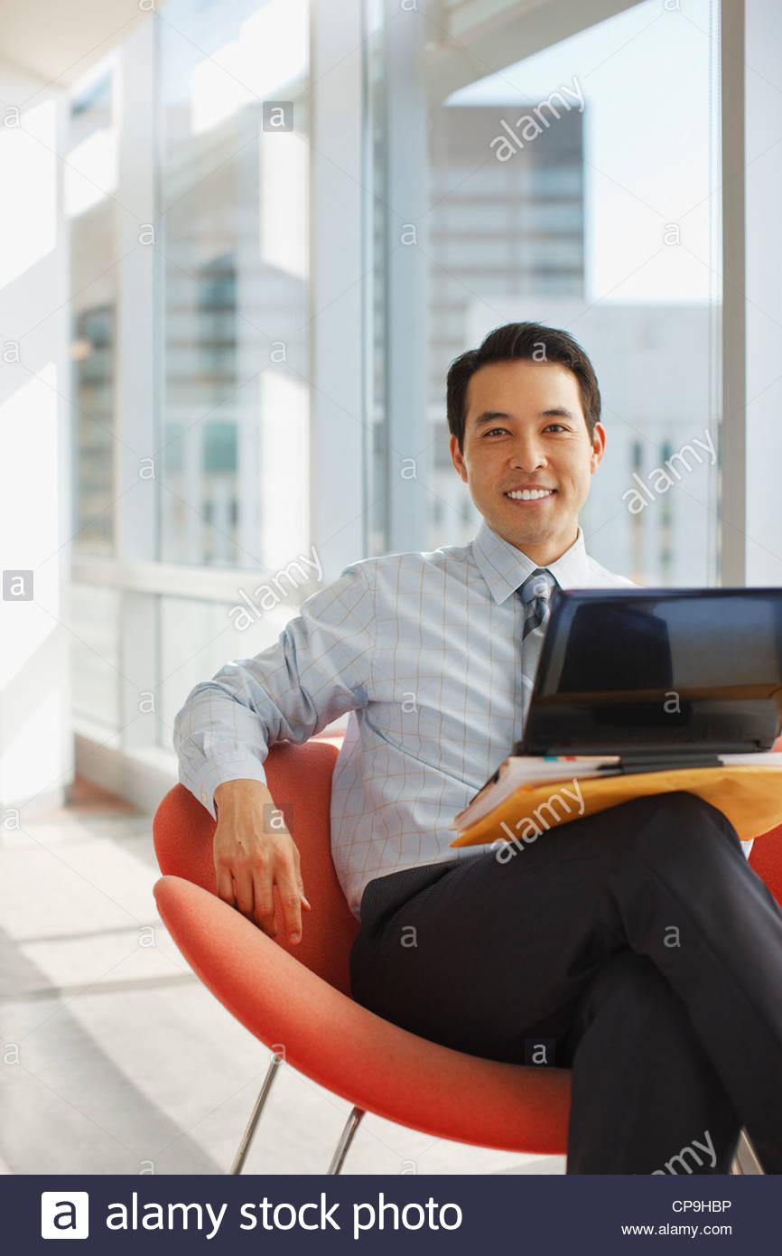 30-34 anni,l'accessibilità,etnia asiatica,capelli neri,azienda,abbigliamento business,imprenditore,california,sedia,colore Immagini Stock
