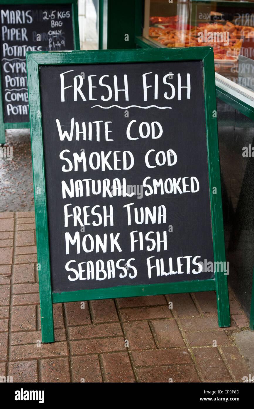 185c4984f05 Pesce fresco segno al di fuori di un pescivendoli Irlanda del Nord Regno  Unito Immagini Stock