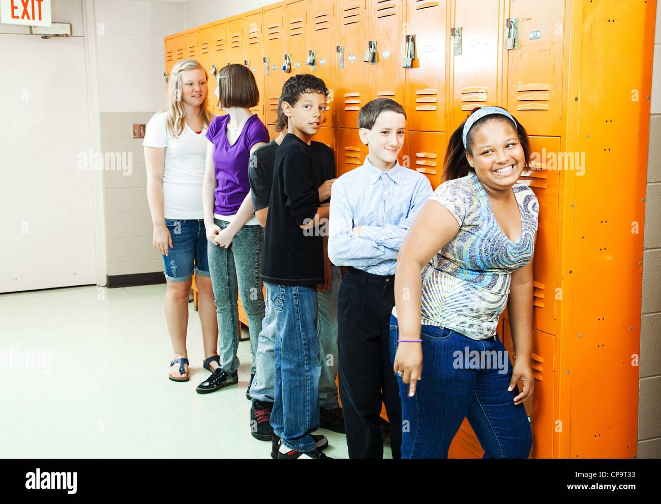 Diversi gruppi di adolescenti studenti presso la loro scuola di armadietti tra classi. Immagini Stock