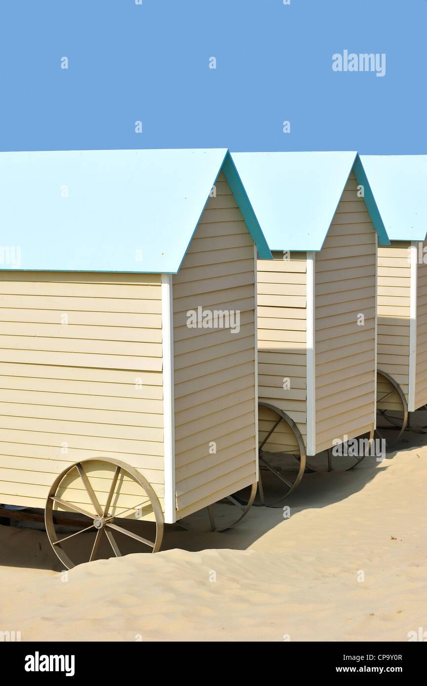 Cabine da spiaggia su ruote lungo la costa del Mare del Nord in Bredene, Belgio Immagini Stock