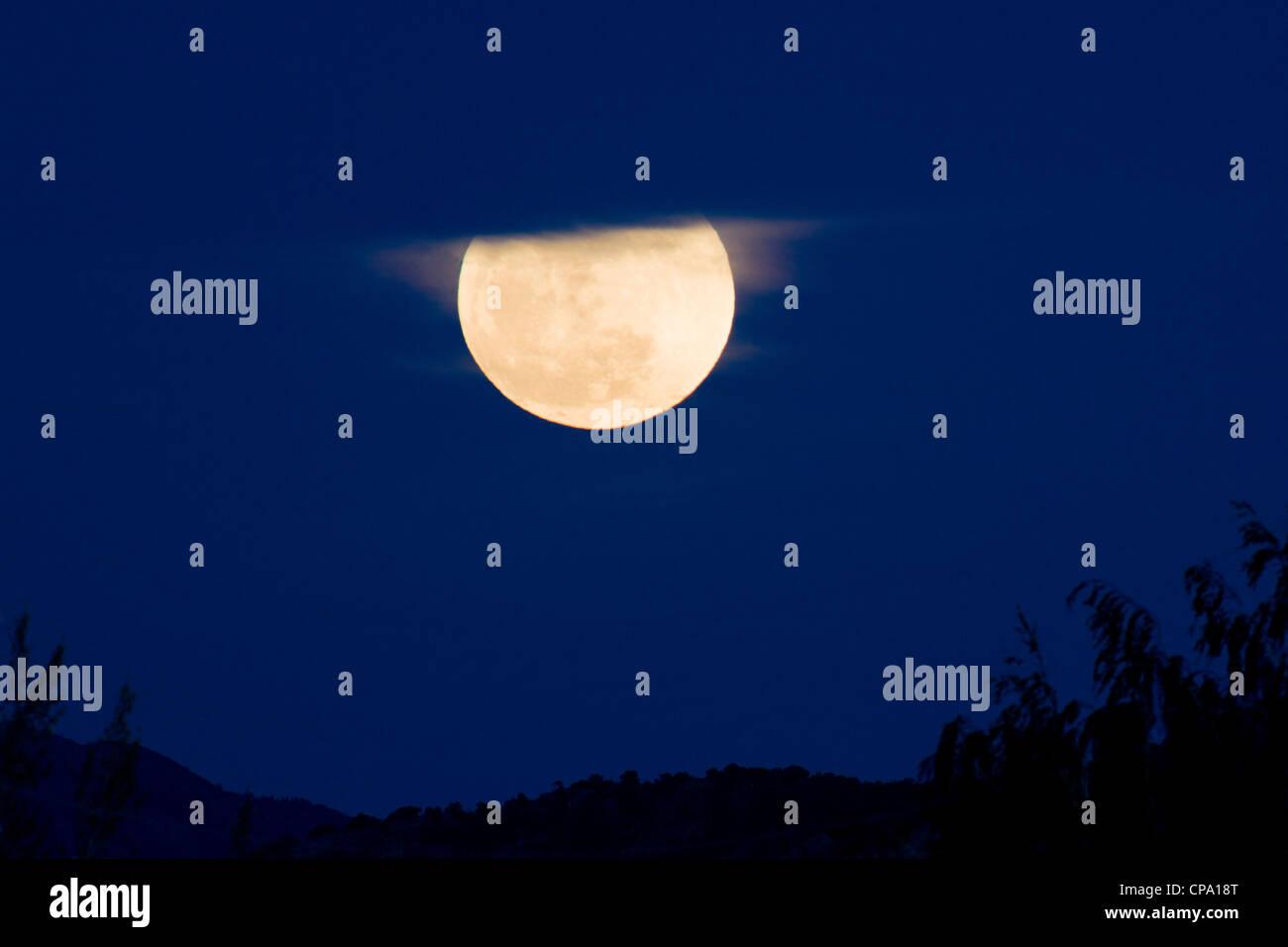 Perigree luna piena, o supermoon, sorge su Salida, Colorado, Stati Uniti d'America. Luna è più vicina Immagini Stock
