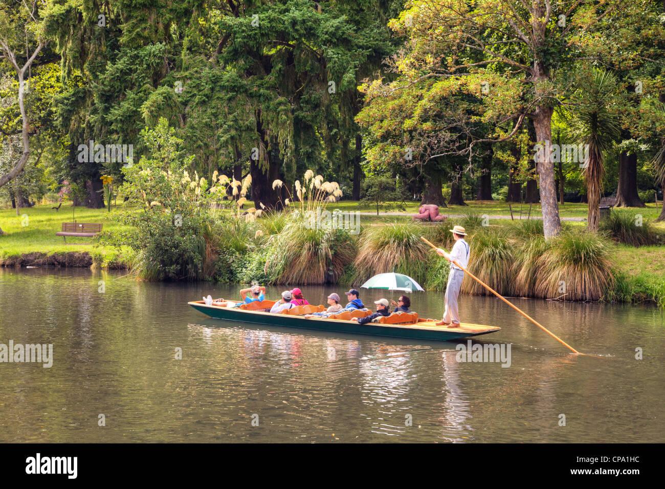 I turisti in un punt sul fiume Avon, passando attraverso il Parco Hagley, a Christchurch, Nuova Zelanda, 6 febbraio Immagini Stock