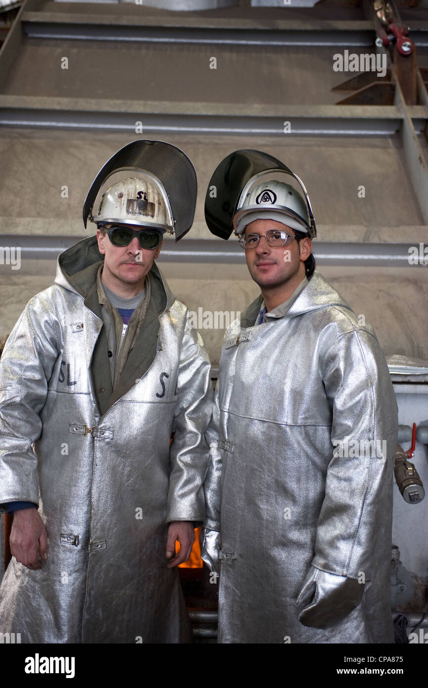 Lavoratori a ThyssenKrupp Steel AG in abbigliamento protettivo, Duisburg, Germania Immagini Stock