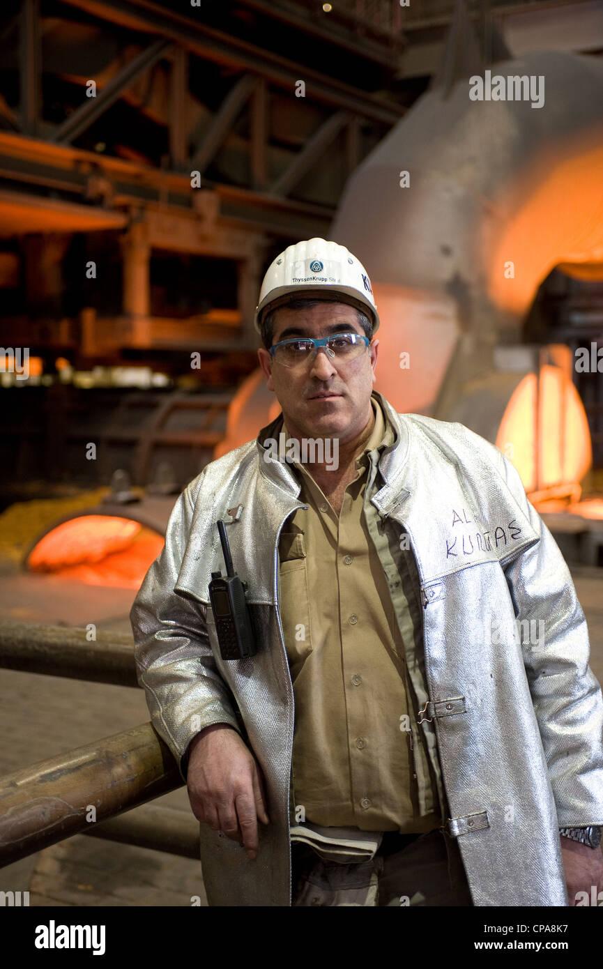 Un lavoratore a ThyssenKrupp Steel AG in abbigliamento protettivo, Duisburg, Germania Immagini Stock